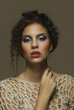 Seventies utgör stil som är klar för modell för flicka för redaktörs- skönhetbegrepp härlig Arkivbilder