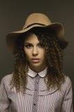 Seventies utgör stil som är klar för modell för flicka för redaktörs- skönhetbegrepp härlig Fotografering för Bildbyråer