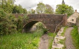 Severn - канал Темза, мост замка Bourne, Brimscombe стоковые изображения rf