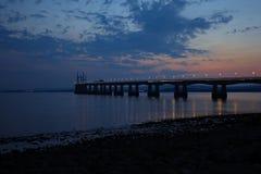 Severn Bridge i sen afton fotografering för bildbyråer