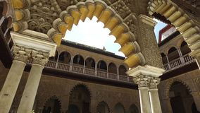 Sevilha, Andalucia, Espanha - 18 de abril de 2016: Alcazar, jardins internos, pátios e salas video estoque