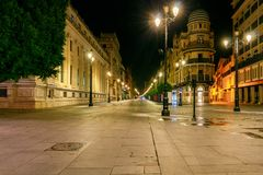 Sevilha Avenida da constituição na noite fotos de stock royalty free