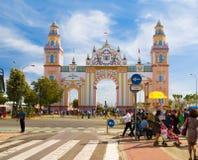 SEVILHA - 23 DE ABRIL: Uma porta elaborada é erigida durante Feria de abril o 23 de abril de 2015 em Sevilha, Espanha Foto de Stock