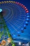 Sevilha, Espanha - 23 de abril de 2015: Roda de Ferris iluminada no nig Imagem de Stock