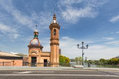 Sevilha na Espanha, a igreja de San Jorge na ponte de Isabel II, fotos de stock royalty free