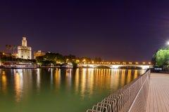 Sevilha Torre dourada na noite imagem de stock
