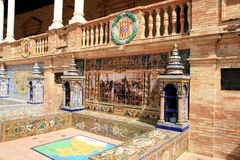 Sevilla. Azulejos típicos de la cerámica de Espana de la plaza imágenes de archivo libres de regalías