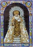 Sevilla - ceramiektegel Madonna (Kwakzalversmiddelen Senora del Carmen) op voorgevel van kerk Santa Catalina Stock Fotografie