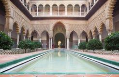 Sevilla - der Hof der Mädchen im Alcazar von Sevilla Stockbilder