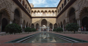 Sevilla - der Hof der Mädchen im Alcazar von Sevilla Lizenzfreies Stockfoto