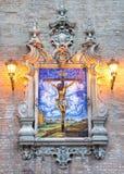 Sevilla - die keramische mit Ziegeln gedeckte Kreuzigung auf der Fassade der Kirche Iglesia de la Anunciacion Lizenzfreie Stockfotos