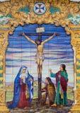 Sevilla - die keramische mit Ziegeln gedeckte Kreuzigung auf der Fassade von Kirche Basilika del Maria Auxiliadora Lizenzfreies Stockfoto