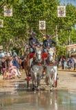 SEVILLA, ESPAÑA - abril, 25: Desfile de carros en la Sevilla foto de archivo