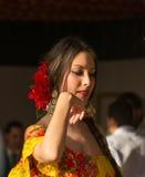 SEVILLA, ESPAÑA - ABRIL, 25: mujer del bailarín del flamenco imagen de archivo libre de regalías