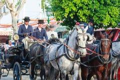 Sevilla, España - 28 de abril de 2015: Carro traído por caballo agradable Foto de archivo