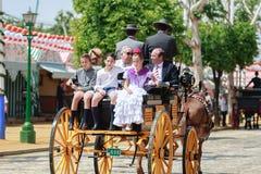 Sevilla, España - 28 de abril de 2015: Familia que viaja en un Dr. del caballo Fotografía de archivo