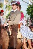 Sevilla, España - 23 de abril de 2015: Pares en vestido tradicional Fotos de archivo