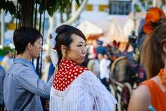 Sevilla, España - 28 de abril de 2015: Turista japonés de la mujer vestido Imagen de archivo libre de regalías