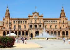 SEVILLA, ESPAÑA - 14 DE JUNIO DE 2018: hermosa vista del cuadrado de Plaza de Espana con la fuente y los turistas, Sevilla, Andal imagen de archivo libre de regalías