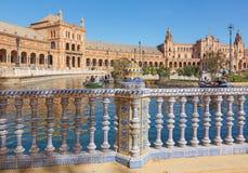 SEVILLA, ESPAÑA - 27 DE OCTUBRE DE 2014: El cuadrado de Plaza de Espana diseñó por los años 20 de Anibal Gonzalez en Art Deco y e Fotos de archivo libres de regalías