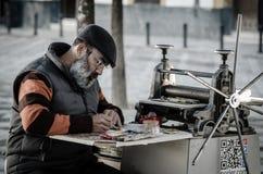 Sevilla España En diciembre de 2015 Pintura del artista de la calle en una lona Foto de archivo