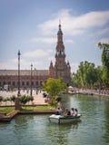 SEVILLA, ESPAÑA - mayo de 2018: Los turistas flotan en un barco en el canal Square español Plaza de Espana, España el 22 de mayo  fotografía de archivo libre de regalías