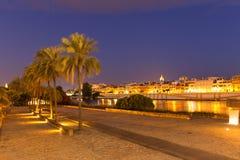 Sevilla, España, opinión de la noche, bulevar de la orilla y un lugar para las reuniones y la reconstrucción fotografía de archivo libre de regalías