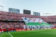 Sevilla FC fläktar uppvisning allt av det enorma banret i Sevilla FC på Ramon Sanchez Pizjuan stadion Royaltyfri Bild