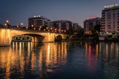 Sevilla flodbank vid natt, Andalusia, Spanien arkivbild