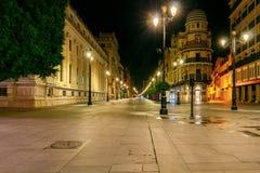Sevilla Konstitutions-Allee nachts lizenzfreie stockfotos