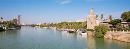 Sevilla - la torre medieval Torre del Oro y Torre moderno Cajasol en fondo Imagen de archivo