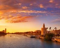 Sevilla-Sonnenuntergangskyline torre Del Oro in Sevilla lizenzfreie stockfotografie
