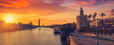 Sevilla-Sonnenuntergangskyline torre Del Oro in Sevilla stockbild