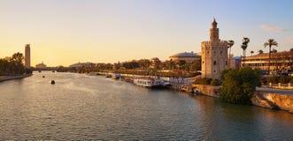 Sevilla-Sonnenuntergangskyline torre Del Oro in Sevilla Stockfotografie