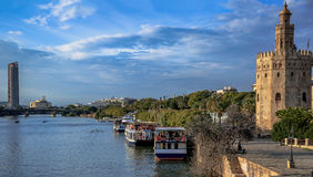 sevilla Spanien, Andalusien Kontrollturm und Fluss stockfotos