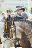 SEVILLA, SPANIEN - APR, 25: Leute im traditionellen Kostüm mit hors Stockbild