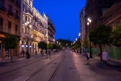 Sevilla, Spanien - 19. Juni: Abend in den Straßen von Sevilla, Badekurort Stockfotografie