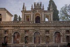 Sevilla, Spanien - 19. Juni: Der Alcazargarten mit der Statue, Se Lizenzfreies Stockbild
