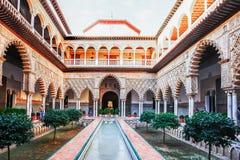 SEVILLA SPANIEN, OKTOBER 16, 2012: Uteplats i kungliga Alcazars av Se royaltyfria foton