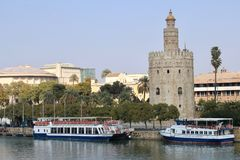 Sevilla, Spanien, touristische Boote entlang dem Fluss Guadalquivir Lizenzfreies Stockbild