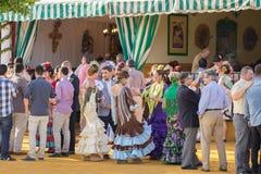 SEVILLA, SPANJE - 25 APRIL: de mensen kleedden zich in het traditionele Spaans Royalty-vrije Stock Fotografie