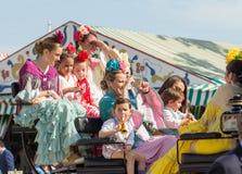 SEVILLA, SPANJE - 25 APRIL: de mensen kleedden zich in traditionele kostuums Stock Fotografie