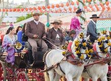 SEVILLA, SPANJE - 25 APRIL: de mensen kleedden zich in traditionele kostuums Royalty-vrije Stock Foto