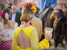 SEVILLA, SPANJE - 25 APRIL: de vrouw kleedde zich in traditioneel kostuum Stock Foto's