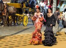 SEVILLA, SPANJE - 25 APRIL: de vrouwen kleedden zich in traditionele kostuums Stock Foto's