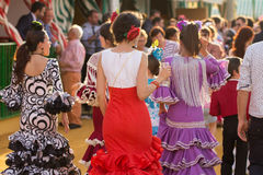 SEVILLA, SPANJE - 25 APRIL: de vrouwen kleedden zich in traditionele kostuums Royalty-vrije Stock Fotografie