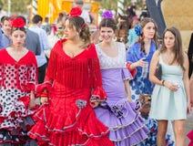 SEVILLA, SPANJE - 25 APRIL: de vrouwen kleedden zich in traditionele kostuums Stock Afbeeldingen