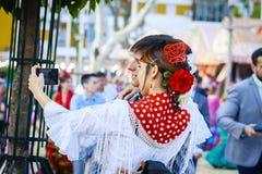 Sevilla, Spanje - April 28, 2015: Japanse geklede vrouwentoerist Stock Fotografie