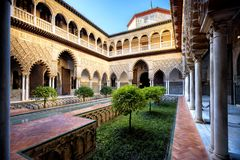 SEVILLA, SPANJE: Echte Alcazar in Sevilla Patio DE las Doncellas in Koninklijk paleis, Echte Alcazar bouwde 1360 in stock fotografie