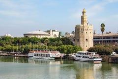 Sevilla, Spanje - Sept. 23, 2013: Torre del Oro op de rivier van Guadalquivir royalty-vrije stock foto's